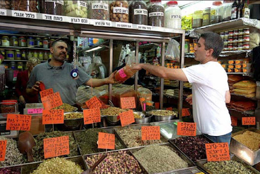 Solomonov purchasing fresh local ingredients